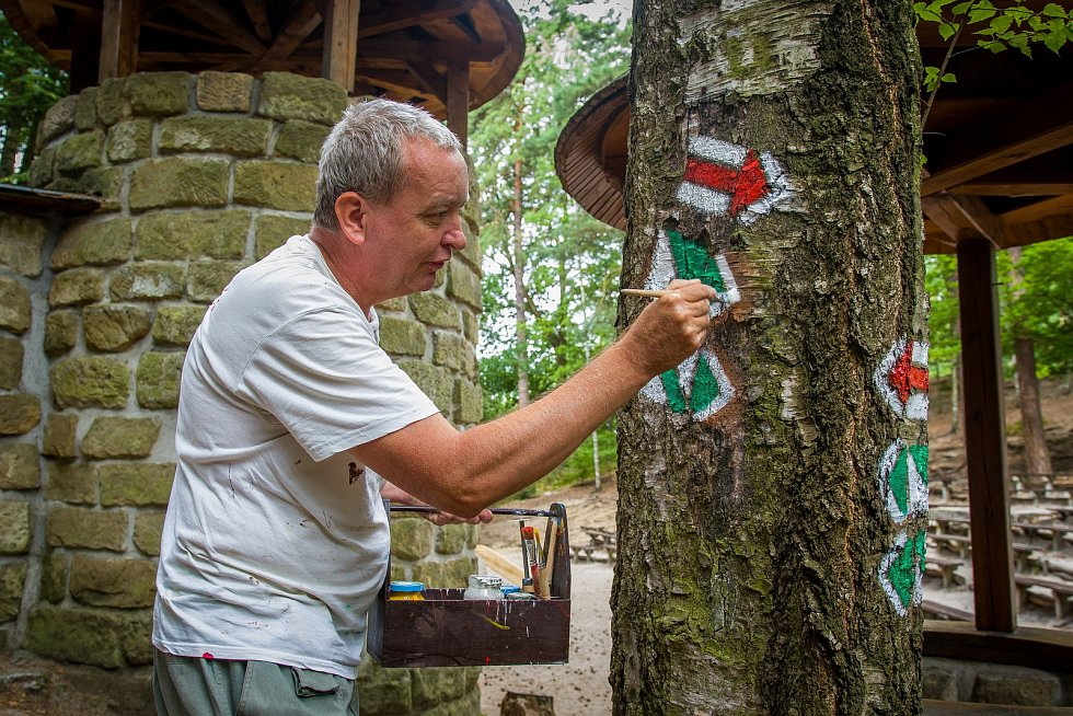 Jaromír Růžička, člen klubu českých turistů, provádí značení turistické trasy ve Sloupu v Čechách na Českolipsku. Snímek je z 5. července.