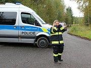 Místo tragédie je uzavřené. Policisté a hasiči čekají na příjezd pracovníků Ústavu pro šetření leteckých nehod.