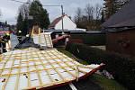 Dobrovolné hasiče ze Zákup kromě řady popadaných stromů zaměstnalo několik stržených střech. Jedna zablokovala silnici v Kamenici.