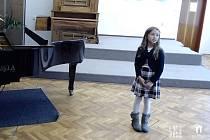 V kategorii nejmladších zpěváků do devíti let porotu nejvíce zaujala Českolipanka Kristýna Žvachtová, která zazářila vlidovce Hejha Husy a Fialově Snu o princi.