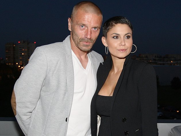 Podpořit dobrou věc přijedou i exkluzivní hosté fotbalista Tomáš Řepka a jeho partnerka, modelka Vlaďka Erbová, která zahájí duel slavnostním výkopem.