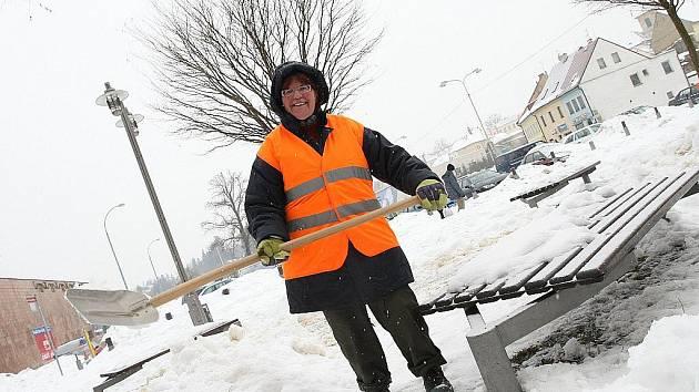 Lidé, vykonávající veřejně prospěšné práce, nyní začali s odstraňováním námraz a kup sněhu z chodníků.