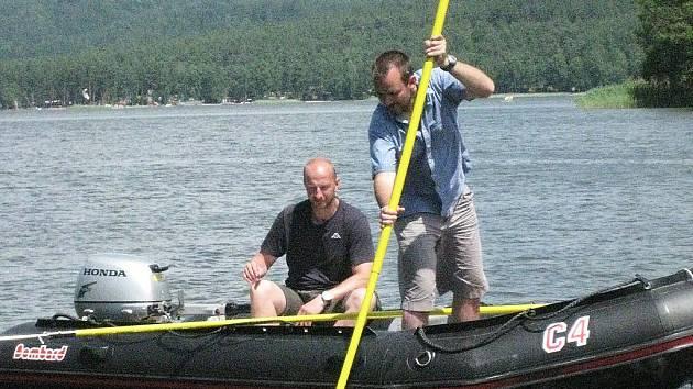 Potápěči pátrají po cizinci, který vyjel na jezero na kajaku. Plavilo našli na hlavní pláži, po pohřešovaném muži dál pátrá pětatřicet policistů a hasičů.