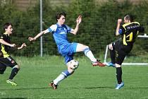 Košťálov - Česká Lípa 0:3. Karlík (Česká Lípa - v modrém) v souboji s Janatou.
