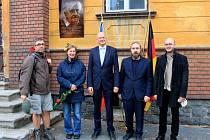 Z iniciativy vedení obce byla během svatováclavského podvečera v Kravařích na budově někdejší družstevní mlékárny odhalena pamětní deska místnímu rodákovi Kurtu Krolopovi.