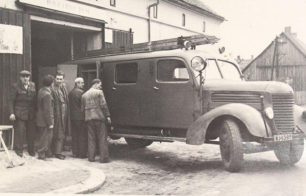 V dalším díle se znovu vrátíme do Cvikova, tenktokrát do 50. let. Snímek z roku 1958 zachycuje velkou událost pro místní hasiče. Dostali nový speciální požární vůz Praga RN za starý nákladní automobil cizí značky.