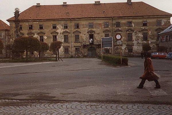 Mimoňský zámek zchátralý a zničený vpolovině osmdesátých let, nedlouho před prvním odstřelem.