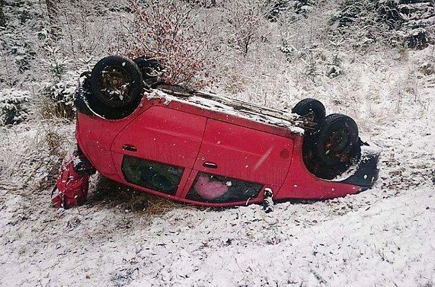 Na střeše skončila mladá řidička u Kuřívod.