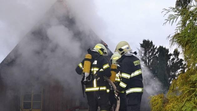Jednotky druhého stupně požárního poplachu byly v sobotu povolány k požáru rekreační chalupy ve Stráži pod Ralskem.