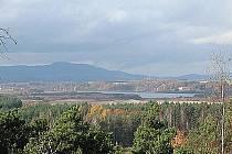 Nové chráněné Kokořínsko. Pohled na Novozámecký rybník ze skalní zříceniny hradu Jestřebí.
