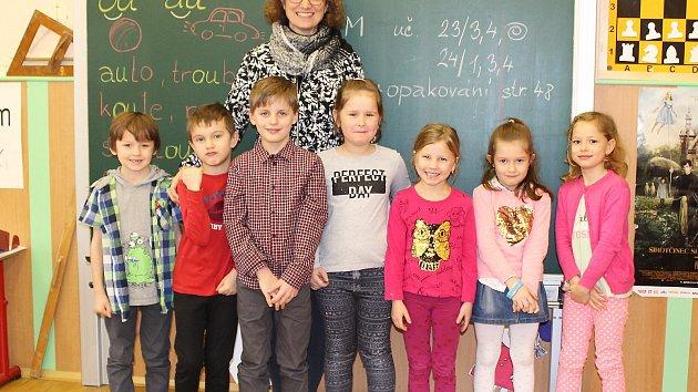 Žáci 1. ročníku Základní školy Sloup v Čechách s paní učitelkou Michaelou Suchardovou.