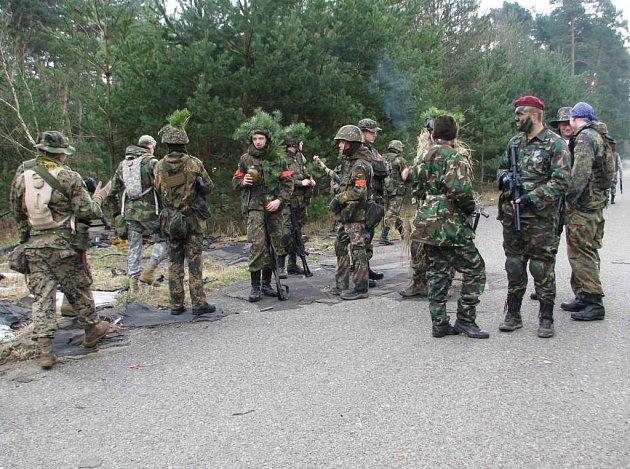 Příznivci airsoftu se chystají na jednu z mnoha bitev ve vojenském prostoru Ralsko