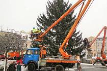 Během čtvrtku probíhalo v Lípě zdobení vánočního stromu a kolem náměstí vyrostlo patnáct nových dřevěných stánků.