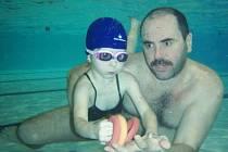 Do pěti let věku dítěte se o plavání příliš mluvit nedá. S malými dětmi si instruktoři ve vodě spíše jen hrají, stejně jako to dělá instruktor plavání Jiří Šarfa (na snímku).