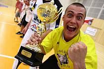 Na pohár pro Mistry 2. futsalové ligy si sáhli všichni hráči Démonů, včetně trenérů.