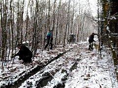 Běžkaři ze SKI Polevsko začali s přípravou tratí. Nedělní brigády se zúčastnilo 15 dobrovolníků.