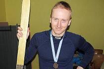 Vítěz závodu Zlatá lyže Ondřej marek z Liberce s cennou trofejí.