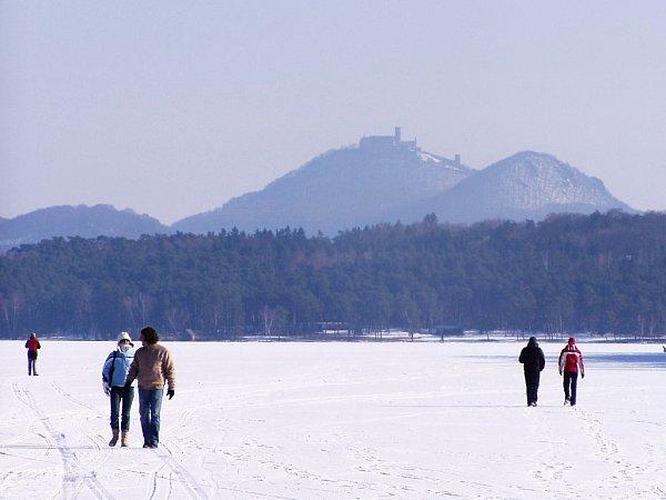 Konečně dorazila zima a zamrzlo iMáchovo jezero.