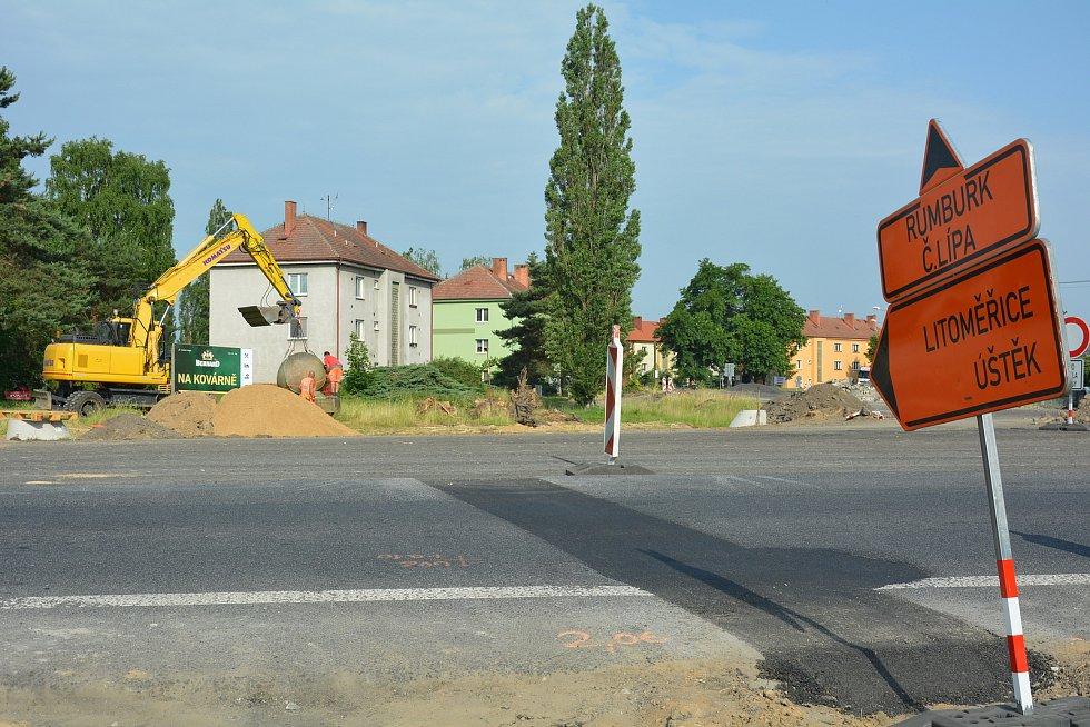 Stavba kruhové křižovatky v Zahrádkách na silnicích I/9 a I/15.