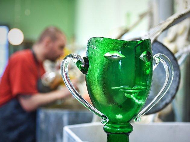 Ceny Thálie vyrábějí skláři na huti Ajeto v Lindavě.