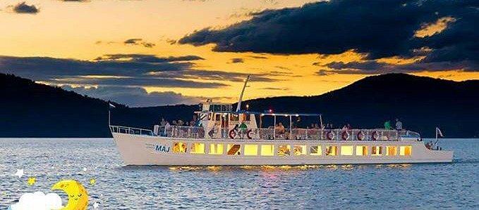 Noční plavby po Máchově jezeře.