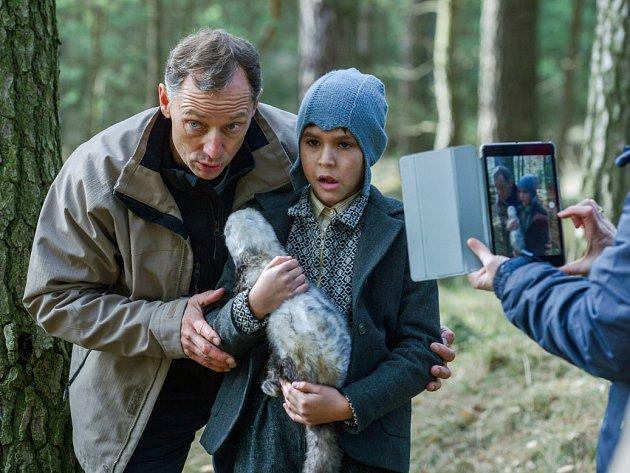 Režisér Václav Marhoul začal na Českolipsku natáčet svůj nový snímek Nabarvené ptáče. Vlesích bývalého vojenského prostoru vznikala úvodní scéna filmu.