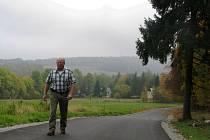 Starosta Mařenic Petr Tlustý na nové silnici z Horní Světlé k Myslivnám