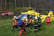 Vážnou nehodou začal květen na českolipských silnicích. V pondělí odpoledne havaroval u Velenic jednatřicetiletý motorkář, pro kterého musel letět vrtulník.