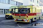 Velkokapacitní sanitka Zdravotnické záchranné služby hlavního města Prahy zvaná Fénix si přijela pro pět covid pozitivních pacientů do českolipské nemocnice