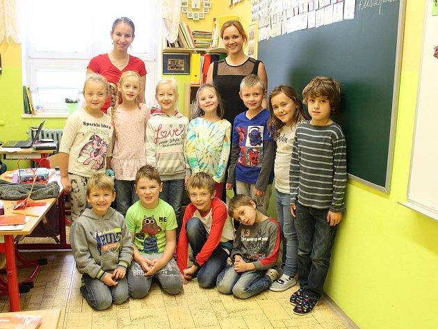 Žáci 1.a 2.třídy ZŠ Polevsko sučitelkami Janou Szittyayovou a Terezou Vosáhlovou.
