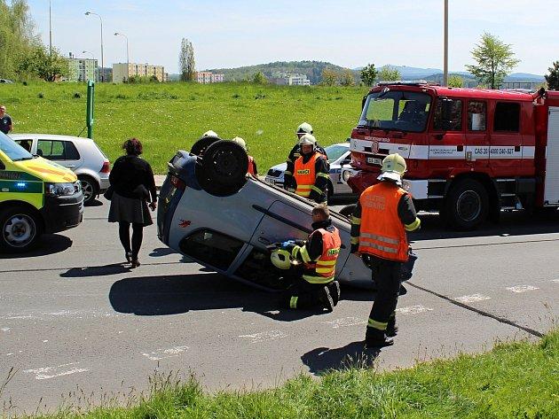 Po nehodě ve Sluneční ulici skončilo jedno zvozidel na střeše.