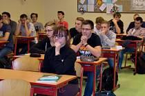 Studenti průmyslovky spolupracují při výuce matematiky s Amerikou.