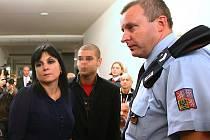 Advokátku Kláru Samkovou (vlevo) měl poškodit výrok matky oběti takzvaného mačetového útoku.