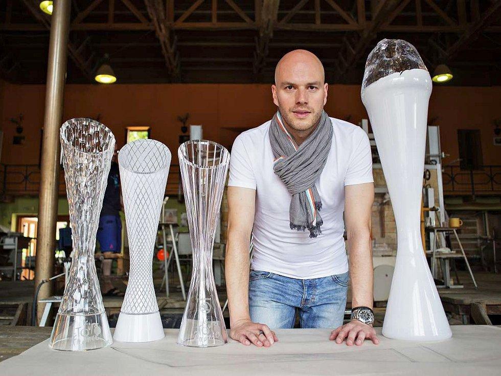 Designér Peter Olah s trofejemi, které navrhl pro slavný cyklistický závod Tour de France.