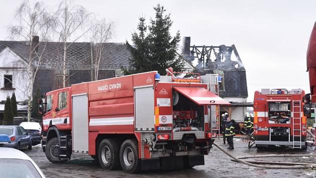 Požár zasáhl ve čtvrtek kolem poledne bytový dům v Nemocniční ulici v Novém Boru. Evakuovat se muselo 17 lidí, nikomu se nic nestalo.