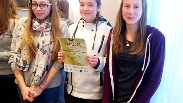 Týmy z mimoňského gymnázia ovládly obě věkové kategorie soutěže a zajistily si tak postup do regionálního kola, které se bude konat na České lesnické akademii v Trutnově.