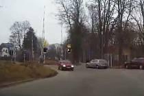 Přímo před kamerou, která je umístěná v autě městské policie, projel přejezdem v Bezručově ulici v České Lípě osmatřicetiletý řidič osobního automobilu.