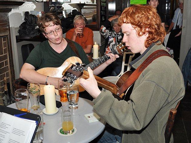V Irsku se šli podívat do jednoho z barů a přinesli si i nástroje. Věra Klásková se synem Ondřejem pak u stolu zahráli místním.
