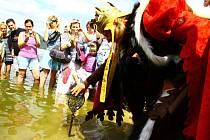 Velkou slávu zažilo o víkendu Máchovo jezero. Sám Karel IV. jej přišel odemknout pro letošní sezonu.