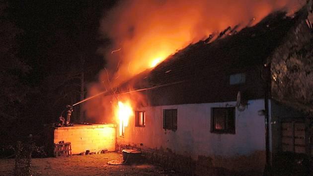 Plameny zachvátily střechu domu v Nedamově kvůli závadě na elektroinstalaci ve 2. nadzemním podlaží.