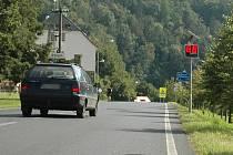 """Dva radary upozorňující řidiče na maximální povolenou rychlost v obci """"vítají"""" nově motorizované návštěvníky Sloupu v Čechách."""