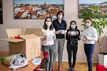 Zástupci českolipské mongolské komunity předali 31. března 2020 starostce Jitce Volfové bavlněné roušky i v dětských velikostech a zároveň i dar 25 000 Kč.