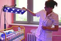 Nová pojízdná lampa s modrým světlem dokáže léčit novorozence.
