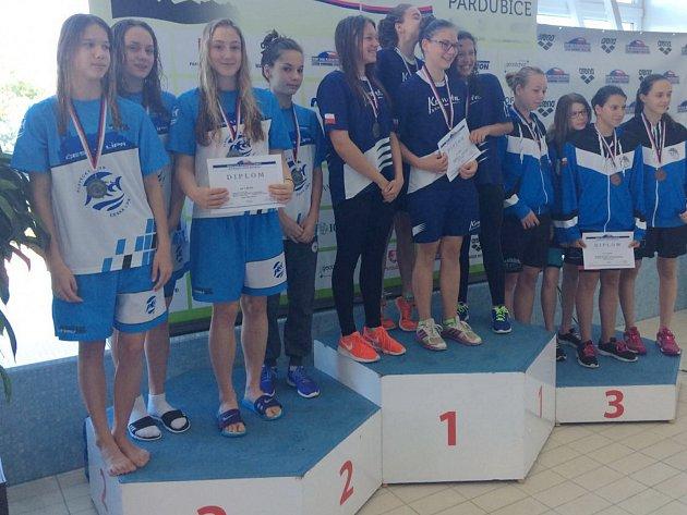 Stříbrná štafeta dívek z PK Česká Lípa (vlevo).