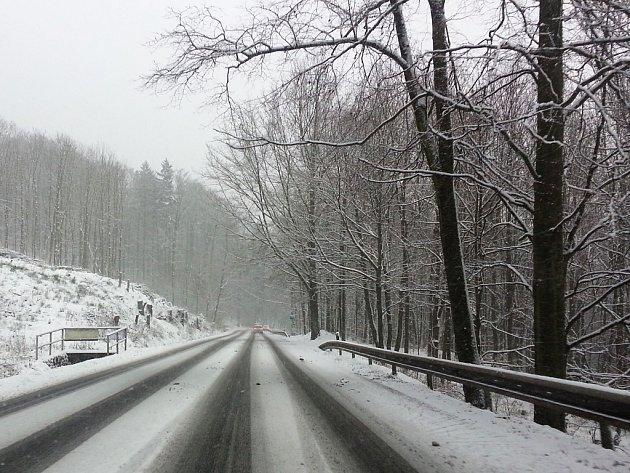 Uježděný sníh komplikoval provoz na hlavní silnici 13 z Nového Boru na Děčín.