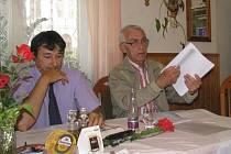 Jaromír Štrumfa (vpravo) se sto deseti podpisovými archy petice proti prodeji.