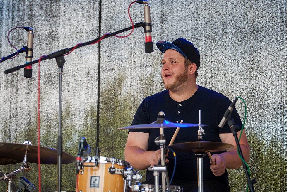 Hudební festival Plechovka fest začal 6. července na louce ve Cvikově na Českolipsku. Na snímku je kapela Jakuba Děkana.