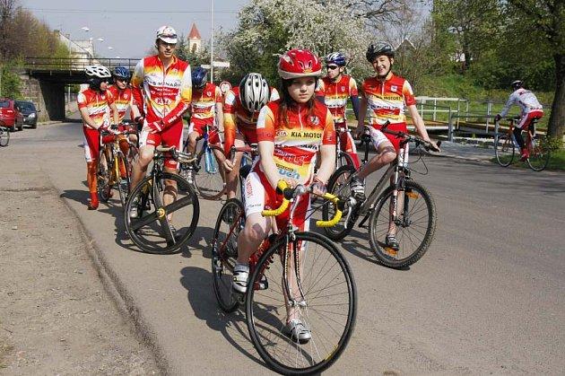 Josef Semerád se svými svěřenci z klubu MS AUTO při kritériu v Březně u Chomutova.