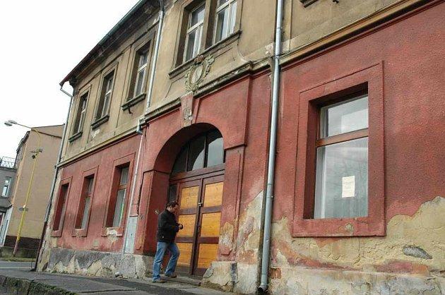 Do bývalého hotelu Koruna v centru Žandova se na podzim po stávající přestavbě přestěhuje radnice, knihovna a klub seniorů.