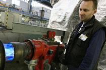 Dvě automatické linky připravují technici tak, aby mohli v polovině letošního června zdvojnásobit výrobu.